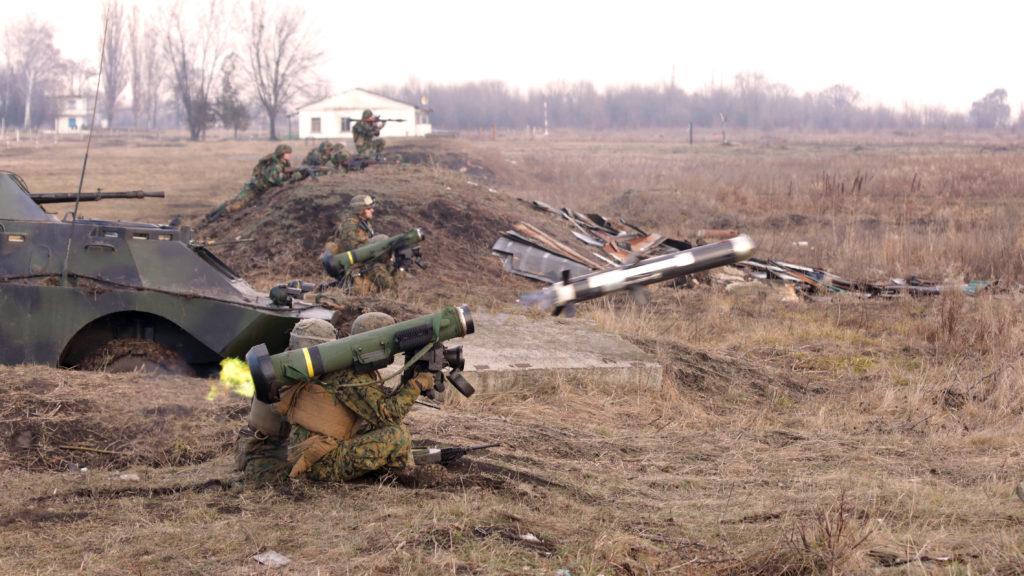 Военнослужащие морской пехоты США производят учебные стрельбы из ПТРК FGM-148 Javelin во время совместных с молдавской армией учениях на полигоне в Бельцы (Молдавия), 12.12.2014.