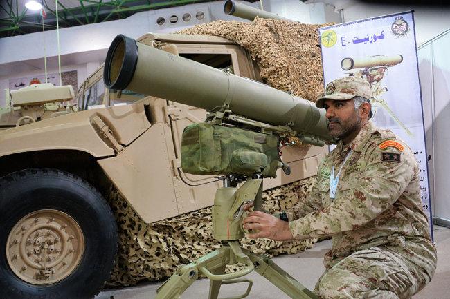 """Военнослужащий армии Кувейта возле российского экспортного варианта переносного противотанкового ракетного комплекса """"Корнет-Э"""" на международной выставке вооружения и военной техники Gulf Defence & Aerospace-2017 в Эль-Кувейте."""