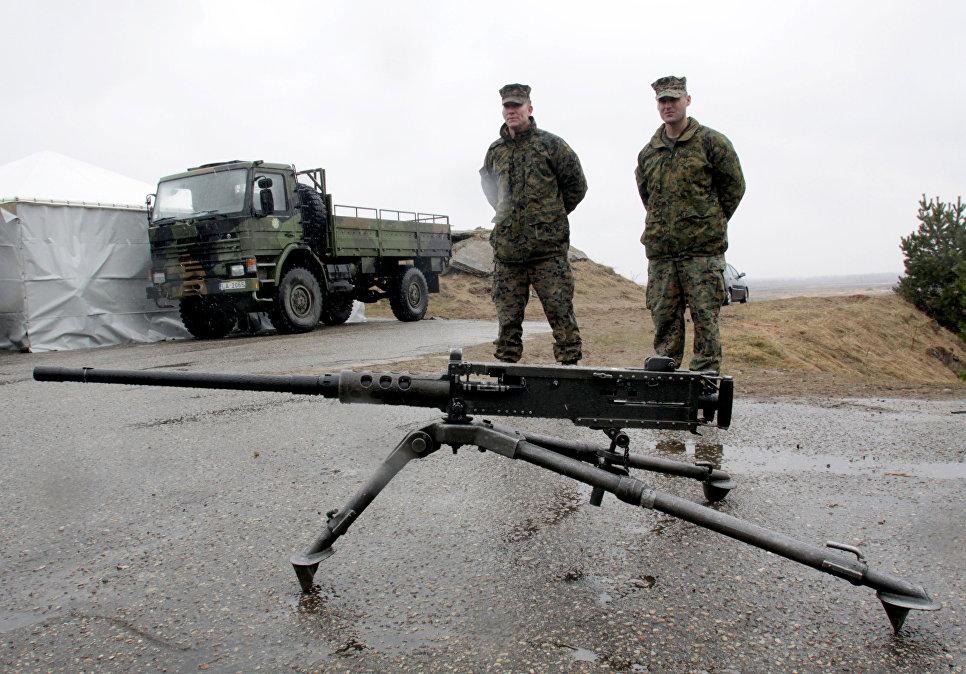 """Военнослужащие блока НАТО возле пулемета """"Браунинг М-2"""" в Латвии."""