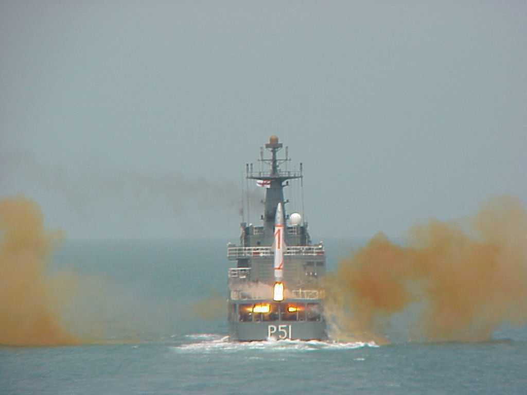 Пуск баллистической ракеты Dhanush (версия ракеты Prithvi) с борта военного корабля ВМС Индии.