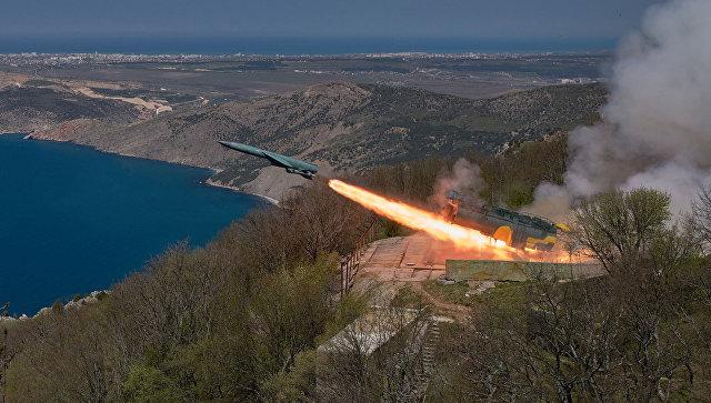 Пуск крылатой ракеты по морской мишени из БРК Утес в ходе учений ЧФ РФ в Крыму.