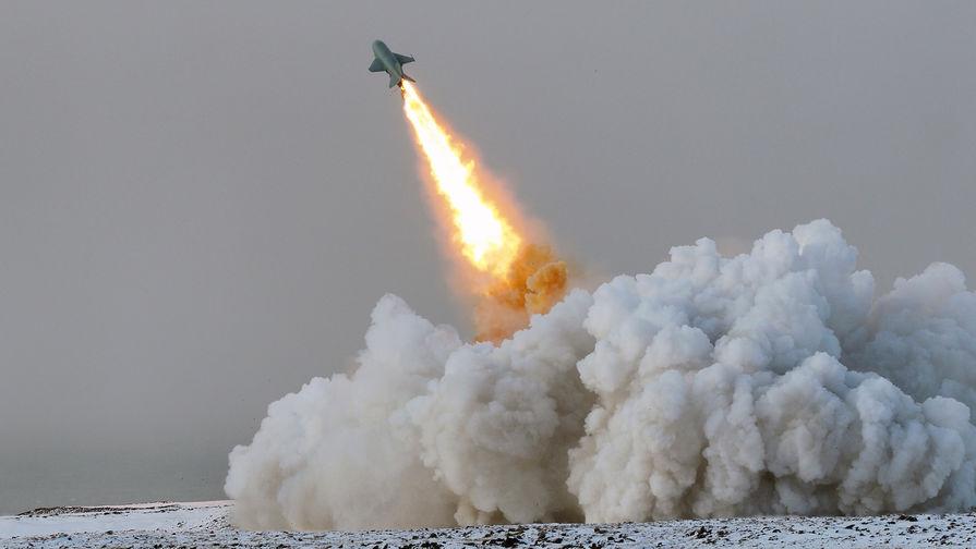 """Пуск крылатой ракеты П-15 """"Термит"""" береговым ракетным комплексом """"Рубеж"""" в рамках учений Северного флота в Арктике, 2017 год."""