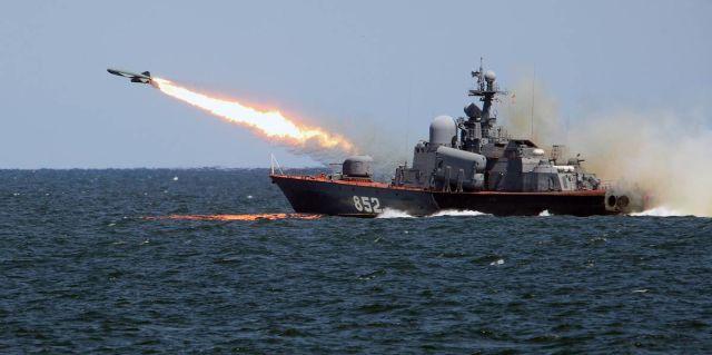"""Пуск противокорабельной ракеты """"Термит"""" с ракетного катера во время учений в Балтийском море"""