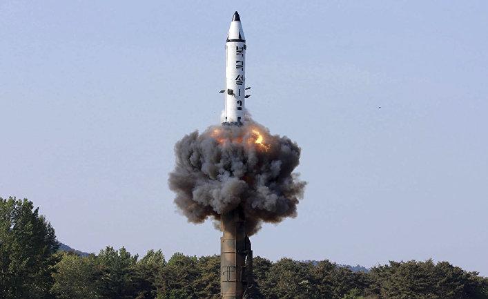 """Пуск ракеты """"Пуккыксон-2"""" в Северной Корее."""