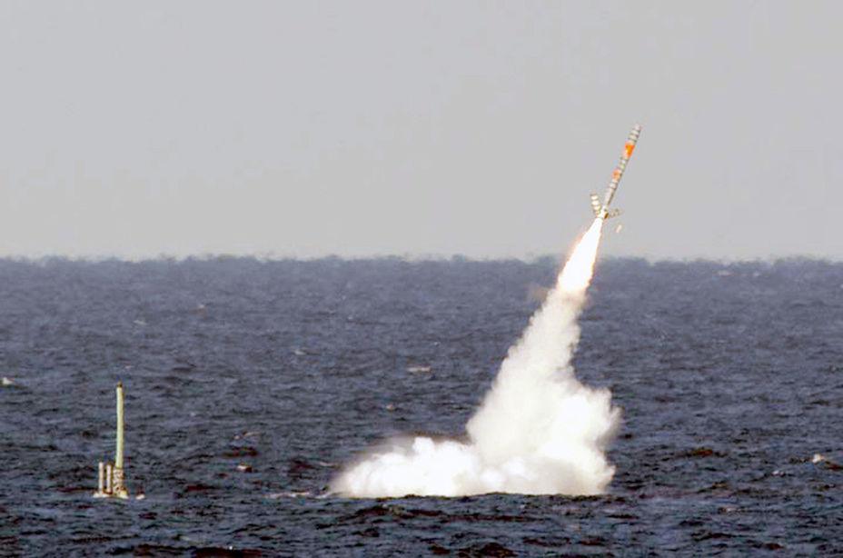 Пуск ракеты Tomahawk, способной нести ядерную боеголовку, с подлодки.