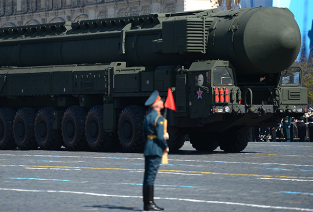 """Пусковая установка ракетного комплекса РТ-2ПМ2 """"Тополь-М"""" на Красной площади в Москве (май 2013 года)"""