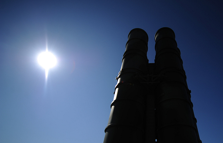 """Пусковая установка зенитной ракетной системы комплекса С-400 """"Триумф""""."""