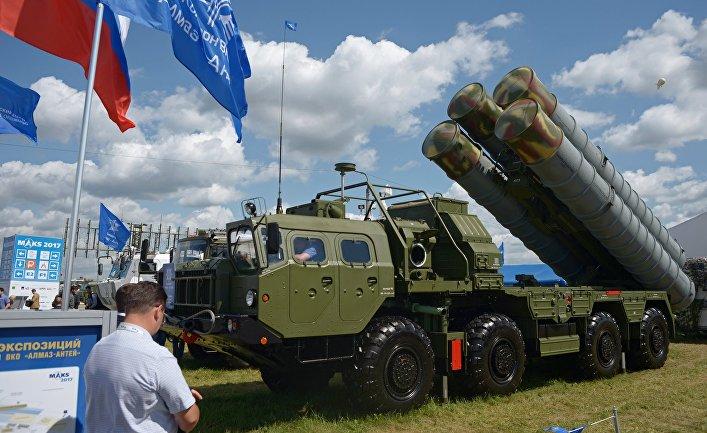"""Пусковая установка зенитно-ракетного комплекса С-400 """"Триумф"""" на Международном авиационно-космическом салоне МАКС-2017."""