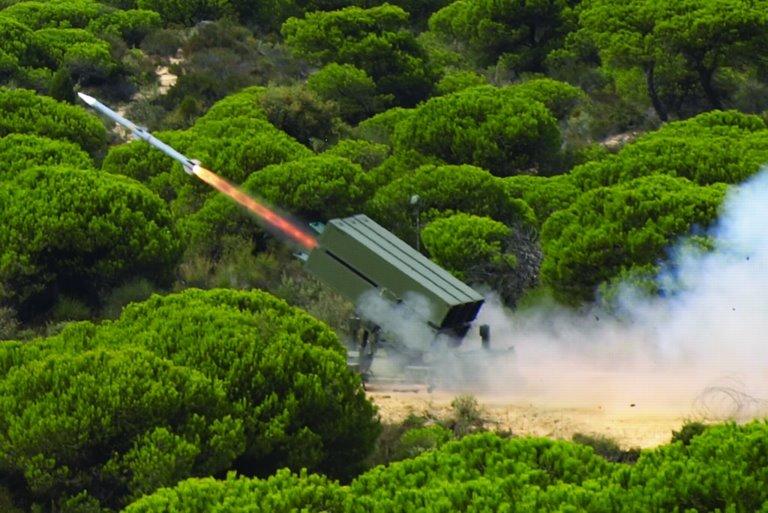 Пусковая установка ЗРК NASAMS с используемой в качестве зенитной управляемой ракетой Raytheon AIM-120 AMRAAM вооруженных сил Испании.