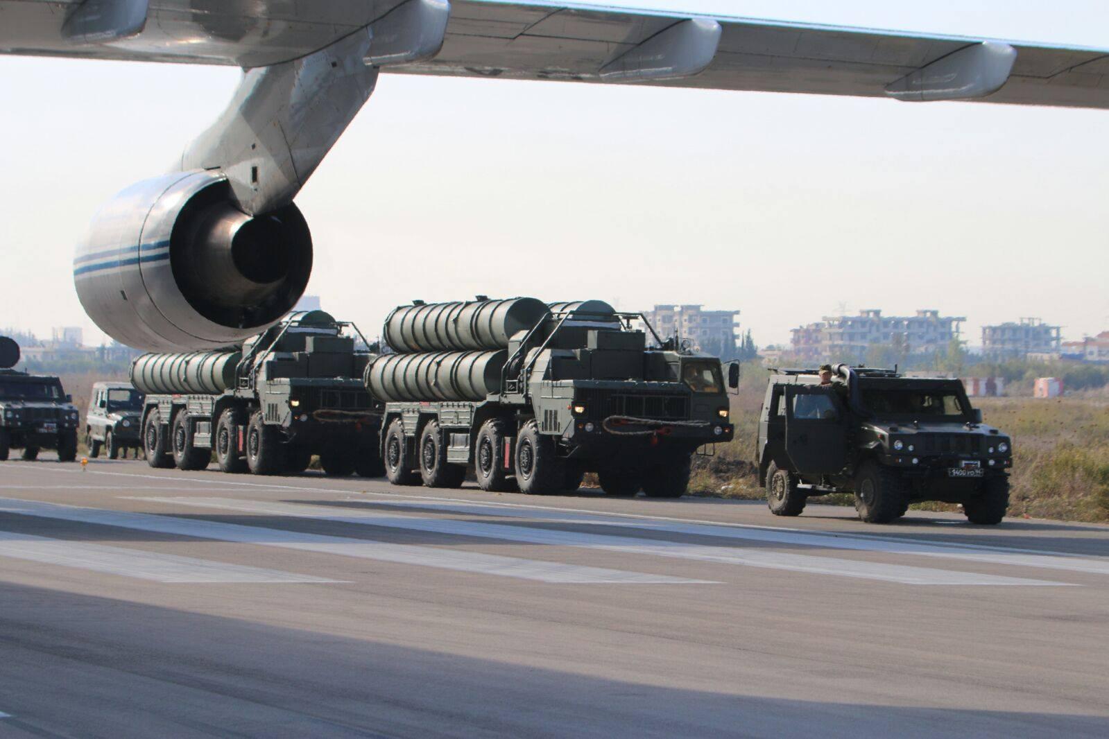 Пусковые установки 5П85СЕ2 российской зенитной ракетной системы С-400 на авиабазе Хмеймим в Сирии, ноябрь 2015 года.