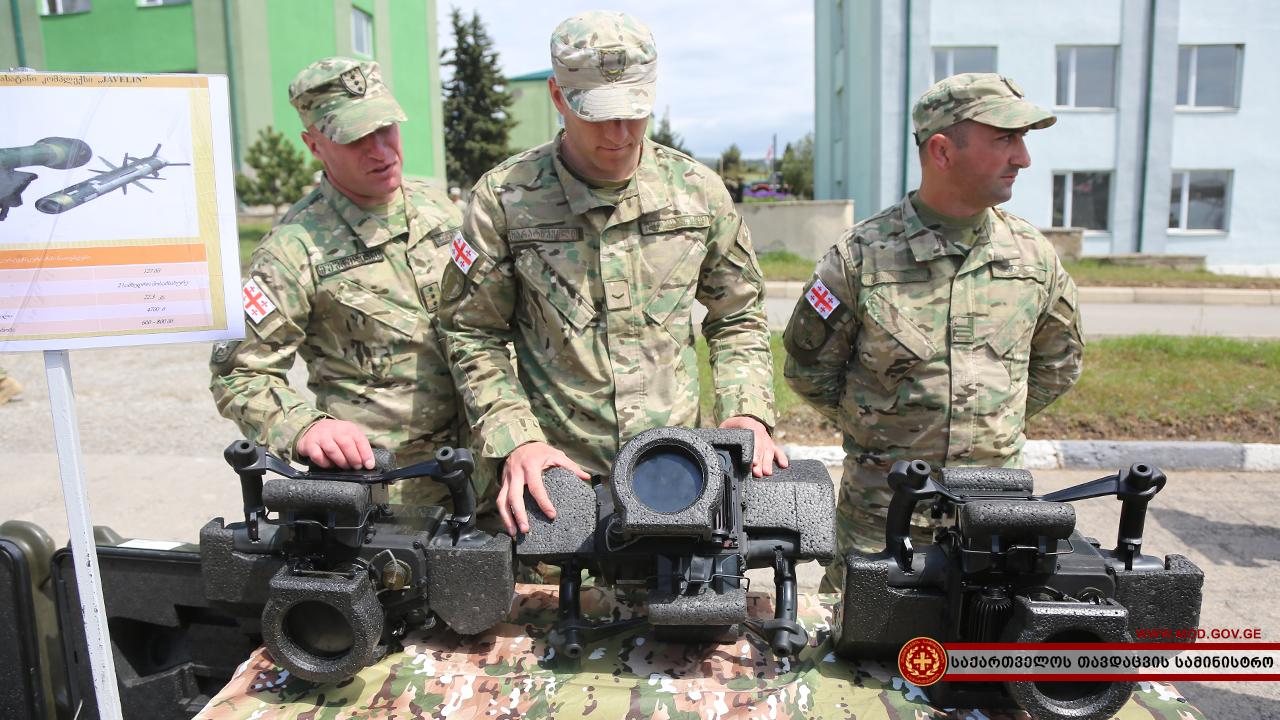 Пусковые устройства CLU полученных Грузией американских противотанковых ракетных комплексов Javelin во время демонстрации на территории военного городка 4-й механизированной бригады грузинской армии в Вазиани, 30.04.2018.