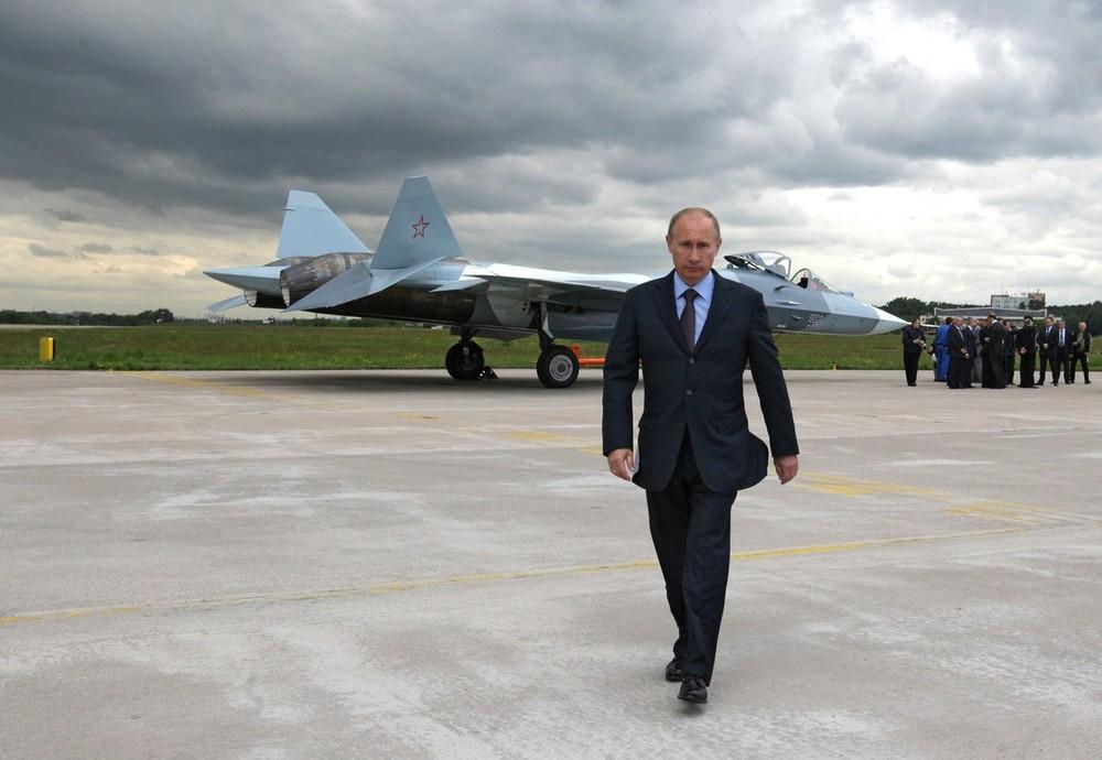 В.В. Путин на фоне ПАК-ФА