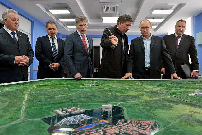 """В.В. Путин осматривает макет космодрома """"Восточный"""". Благовещенск, 12 апреля 2013г. Источник: Авиапанорама"""