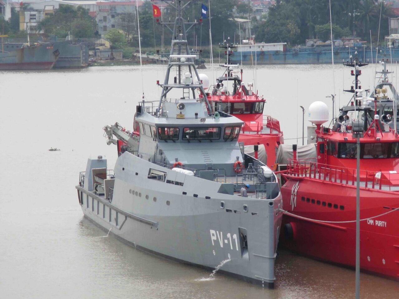 Завершенный постройкой для ВМС Венесуэлы на вьетнамской верфи Damen Song Cam Shipyard судостроительной группы Damen Shipyards Group головной малый патрульный корабль PV-11 проекта Damen Stan Patrol 5009. Корабль стоит ошвартованным у двух судов гражданской транспортно-пассажирской версии этого же проекта Damen Fast Crew Supply 5009 (CMM Celerity и CMM Purity), построенных той же верфью для международной компании Compagnie Maritime Monégasque International (CMM), которая будет использовать их по контракту для обслуживания морских нефтепромыслов бразильской государственной нефтяной компании Petrobras. Хоан Дун (Хайфон), конец марта 2016 года.