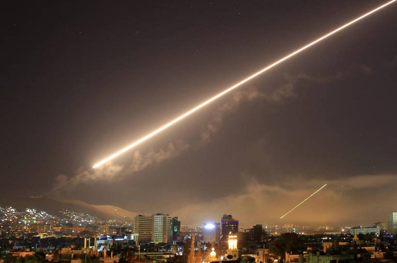 ПВО Сирии отражает удар крылатых ракет в районе Дамаска, 14.04.2108.