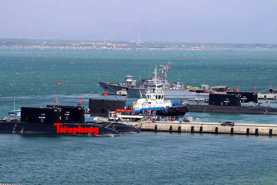 Пять доставленных во Вьетнам больших дизель-электрических подводных лодок российской постройки проекта 06361 в Камрани. 05.02.2016.