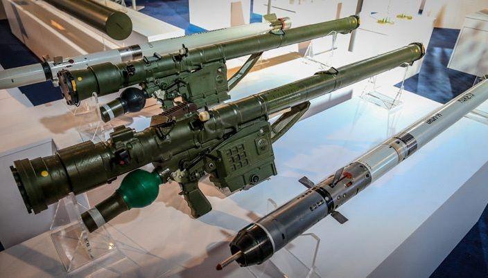 Пусковая установка и зенитная ракета (на переднем плане) нового переносного зенитного ракетного комплекса Piorun разработки и производства польского предприятия Mesko S.A.