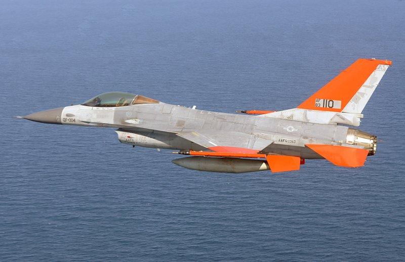 Полномасштабная воздушная мишень QF-16 из 82-й воздушной эскадрильи мишеней пролетает над Мексиканским заливом во время своего первого беспилотного полета на авиабазе Тиндаль, штат Флорида, 19 сентября 2013-го года.