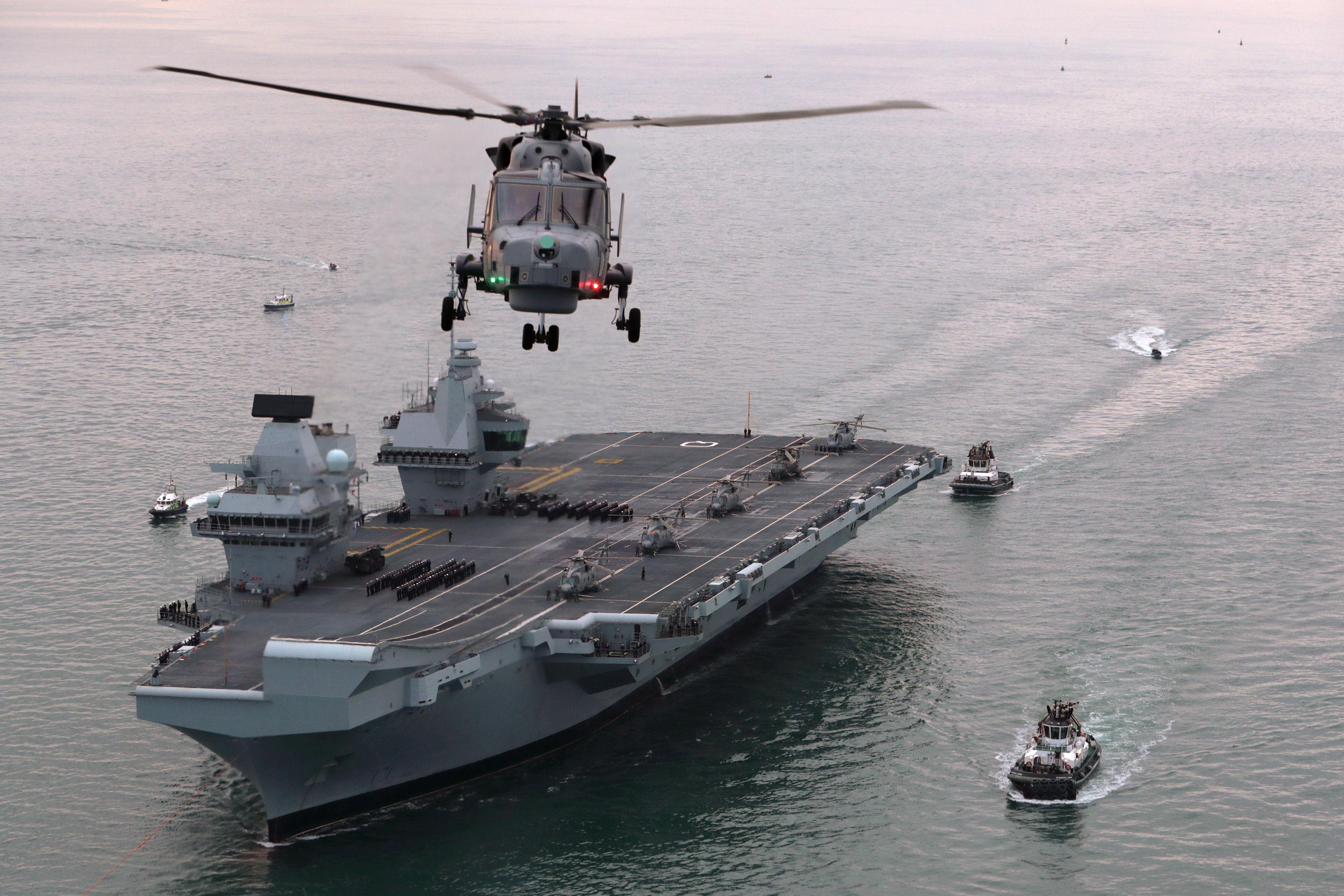 Прибытие нового британского авианосца R 08 Queen Elizabeth в главную военно-морскую базу Королевского флота Портсмут 16.08.2017.