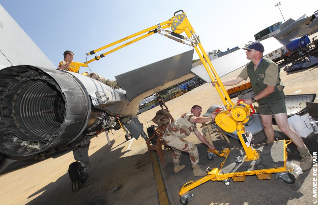 Техническое обслуживание истребителя Dassault Rafale ВВС Франции, 2011 год.