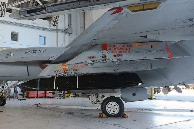 Ракета AGM-158C LRASM на истребителе F/A-18 Super Hornet