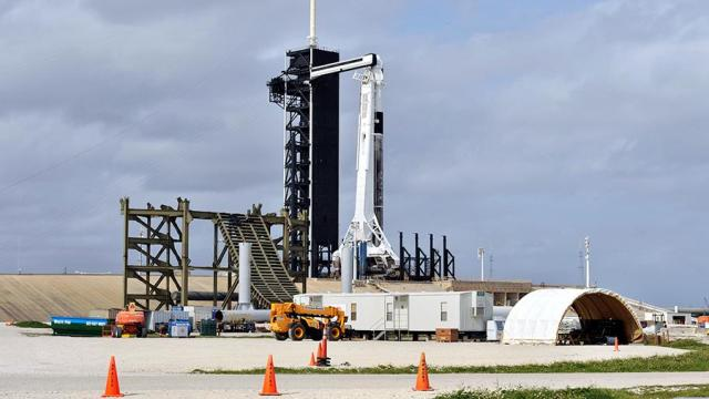 Ракета Falcon 9 с пилотируемым кораблем Crew Dragon на стартовом столе на космодроме на мысе Канаверал