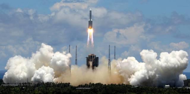 """Ракета-носитель """"Чанчжэн-5"""" с зондом """"Тяньвэнь-1"""" во время старта с космодрома Вэньчан, 23 июля 2020 года"""