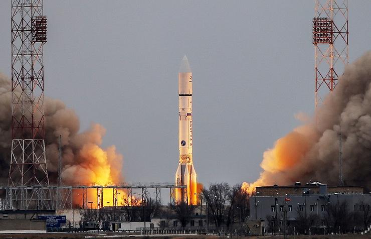 """Старт ракеты-носителя """"Протон-М"""" с военным спутником с космодрома Байконур в Казахстане."""