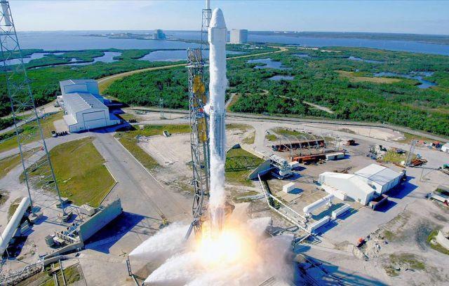 Ракета-носитель Falcon 9 с космическим кораблем Dragon