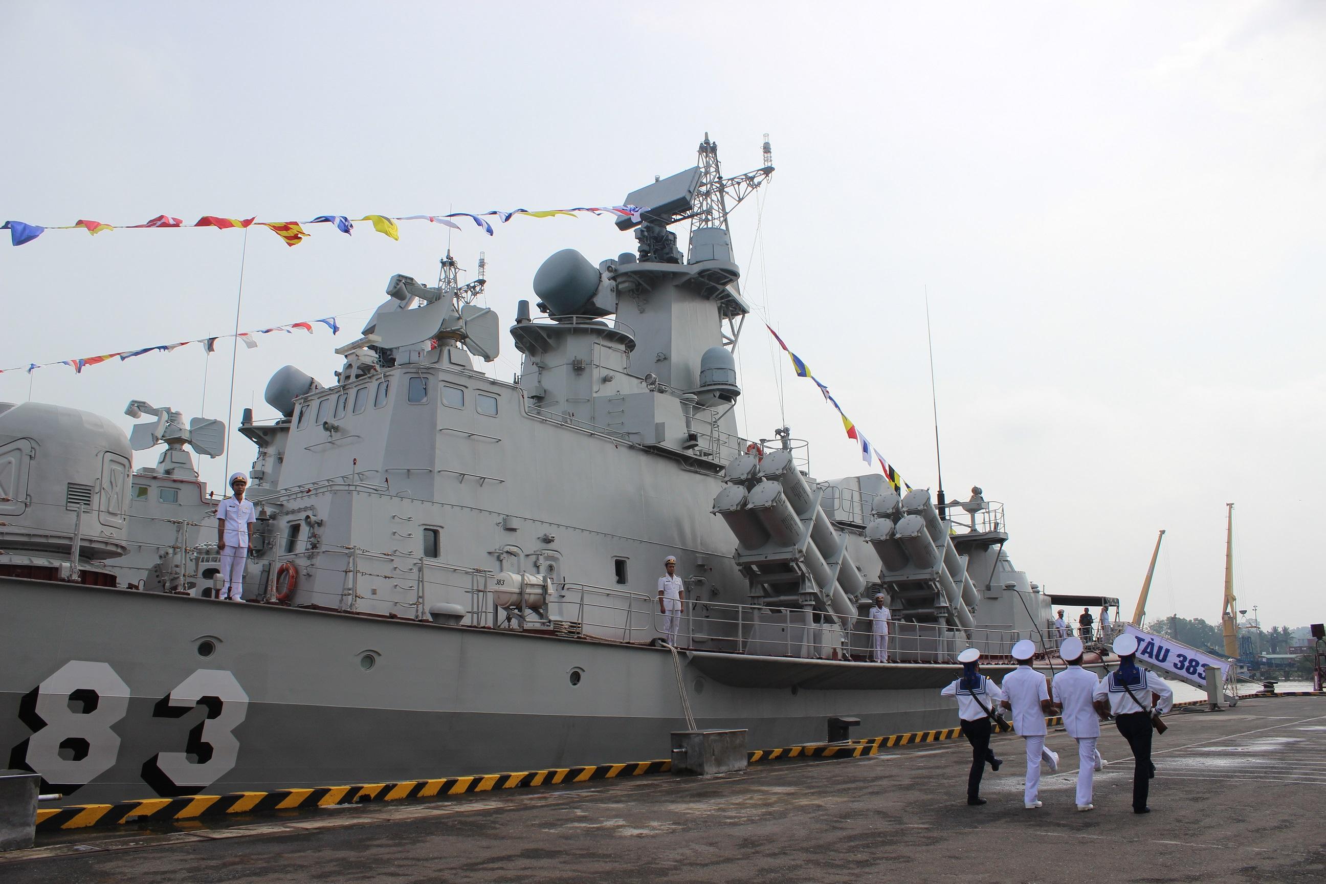 """Церемония подъема Военно-морского флага Вьетнама на новом большом ракетном катере """"383"""" проекта 12418 . Нёнчать (Вьетнам), 09.10.2017."""