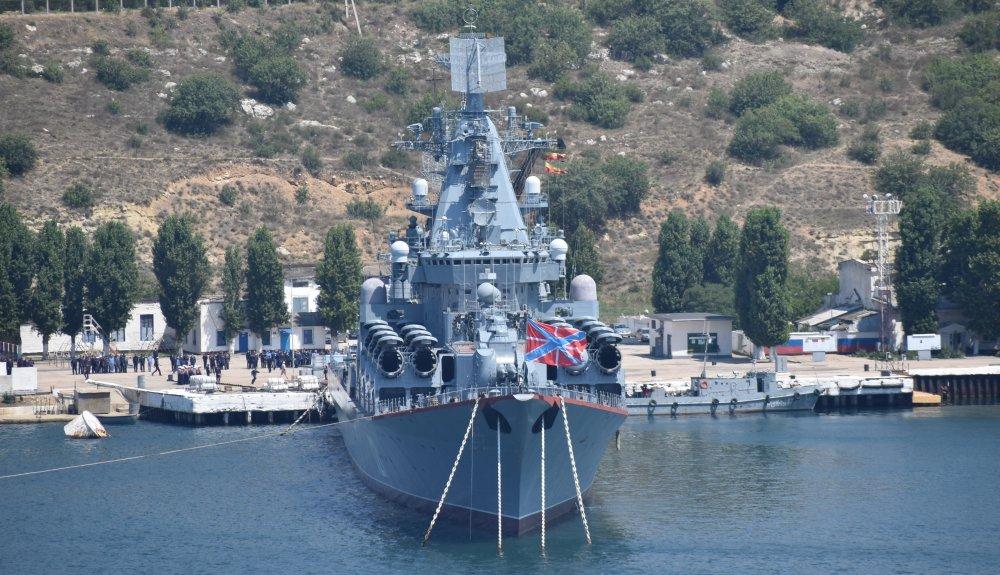 """Ракетный крейсер """"Москва"""" проекта 1164 Черноморского флота в Севастополе. Июль 2018 года."""