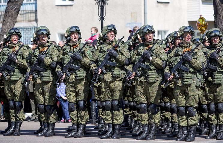 """Военнослужащие ВС РФ в боевой экипировке """"Ратник""""."""