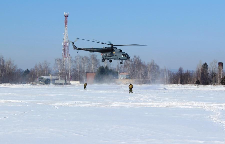 Разведывательные группы осуществляют посадку на вертолет Ми-8 для десантирования.
