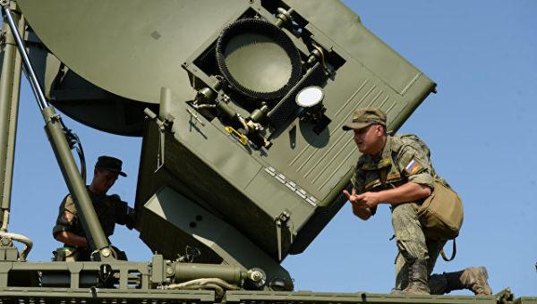 Развертывание наземного многофункционального модуля помех Красуха - 4 во время тактико-специальных занятий с подразделениями радиоэлектронной борьбы.