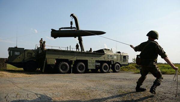 Развёртывание оперативно-тактического ракетного комплекса Искандер-М во время показательных выступлений в рамках III Международного военно-техническог