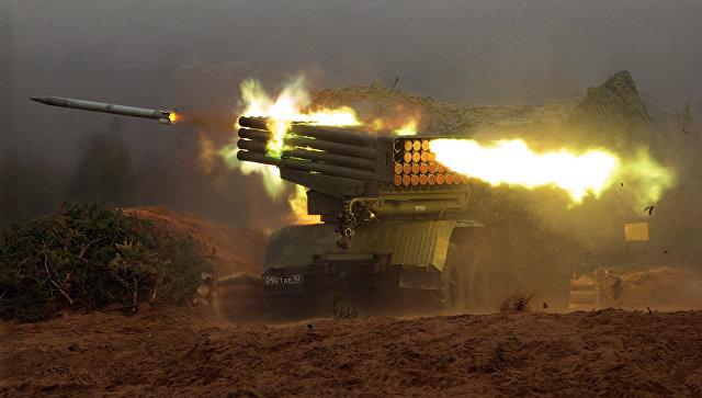 Реактивная система залпового огня Град во время боевых стрельб в Ленинградской области.