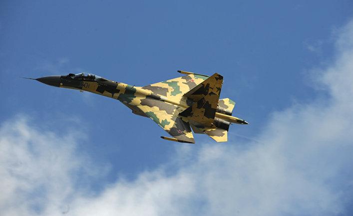 Реактивный истребитель Су-35.