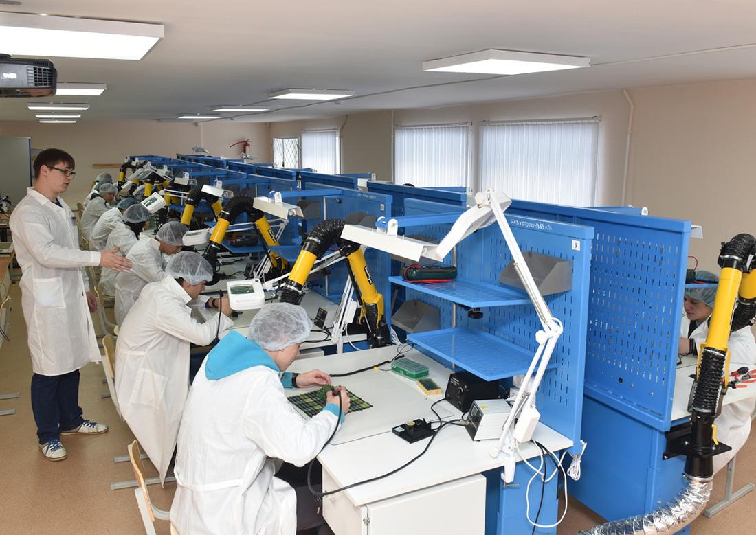 Электрорадиомонтажная мастерская лаборатории в Ресурсном центре выполнены по аналогии с производственными участками АО «АПЗ».