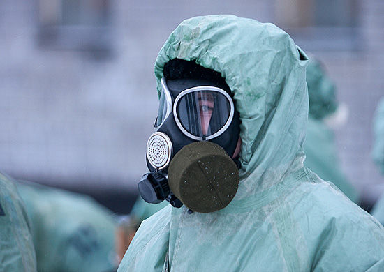 Специалист РХБ в костюме защиты