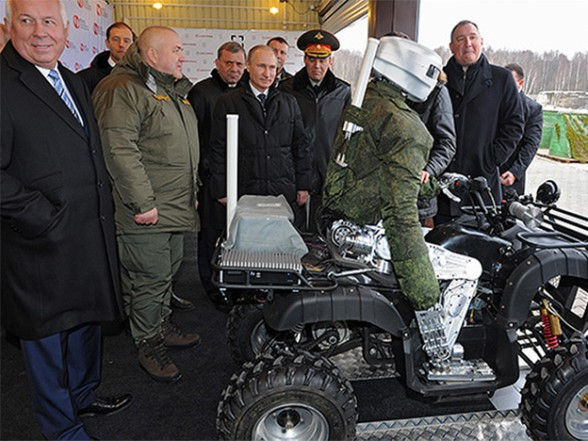 Владимир Путин осматривает боевого робота, исполненного по образцу человеческой фигуры, на полигоне ЦНИИточмаш. 20 января 2014г.