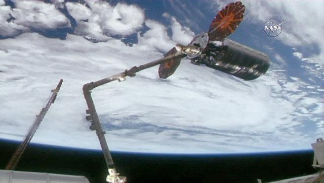 Роботизированная рука Canadarm2 схватила космический грузовик Cygnus. 14 ноября 2017.
