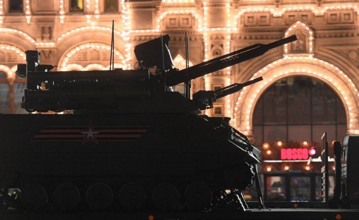 """Роботизированный комплекс """"Уран-9"""" на ночной репетиции военного парада на Красной площади."""