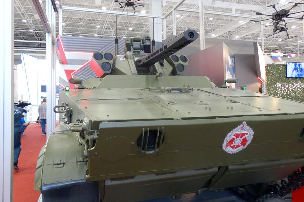 """Разведывательно-ударный наземный робототехнический комплекс """"Вихрь"""" на базе БМП-3."""
