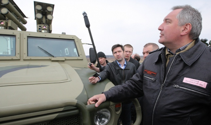 Дмитрий Рогозин рядом с бронеавтомобилем «Тигр» с установленным на него боевым модулем с установками «Корнет-ЭМ»