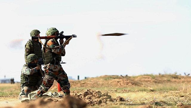 Российские и индийские военнослужащие на совместных антитеррористических учениях Индра-2014.