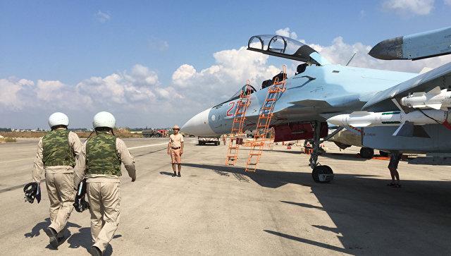 Российские летчики готовятся к посадке в истребитель Су-30 перед вылетом с аэродрома Хмеймим в Сирии. 5 октября 2015.