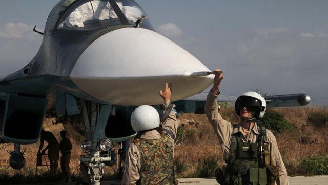 """Российские пилоты самолета Су-34 на авиабазе """"Хмеймим"""" в Сирии"""
