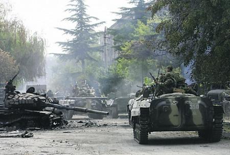 Российские солдаты проезжают мимо разрушенного грузинского танка, август 2008. Фото Reuters