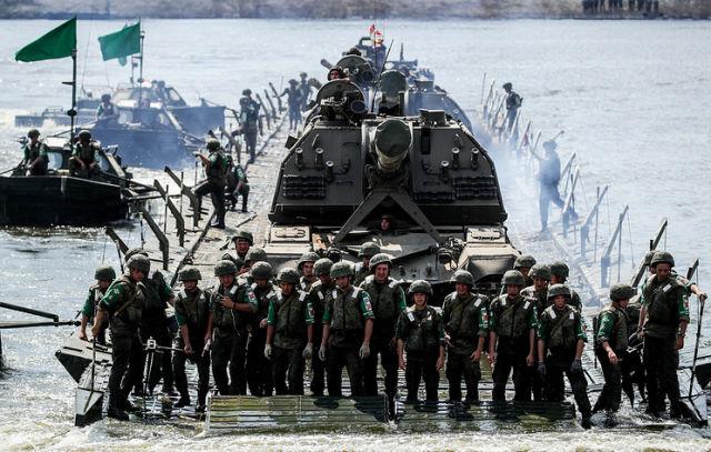 Российские военнослужащие во время понтонной переправы