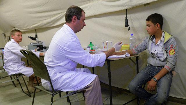 Российские военные медики оказывают помощь жителю Пальмиры. Архивное фото.